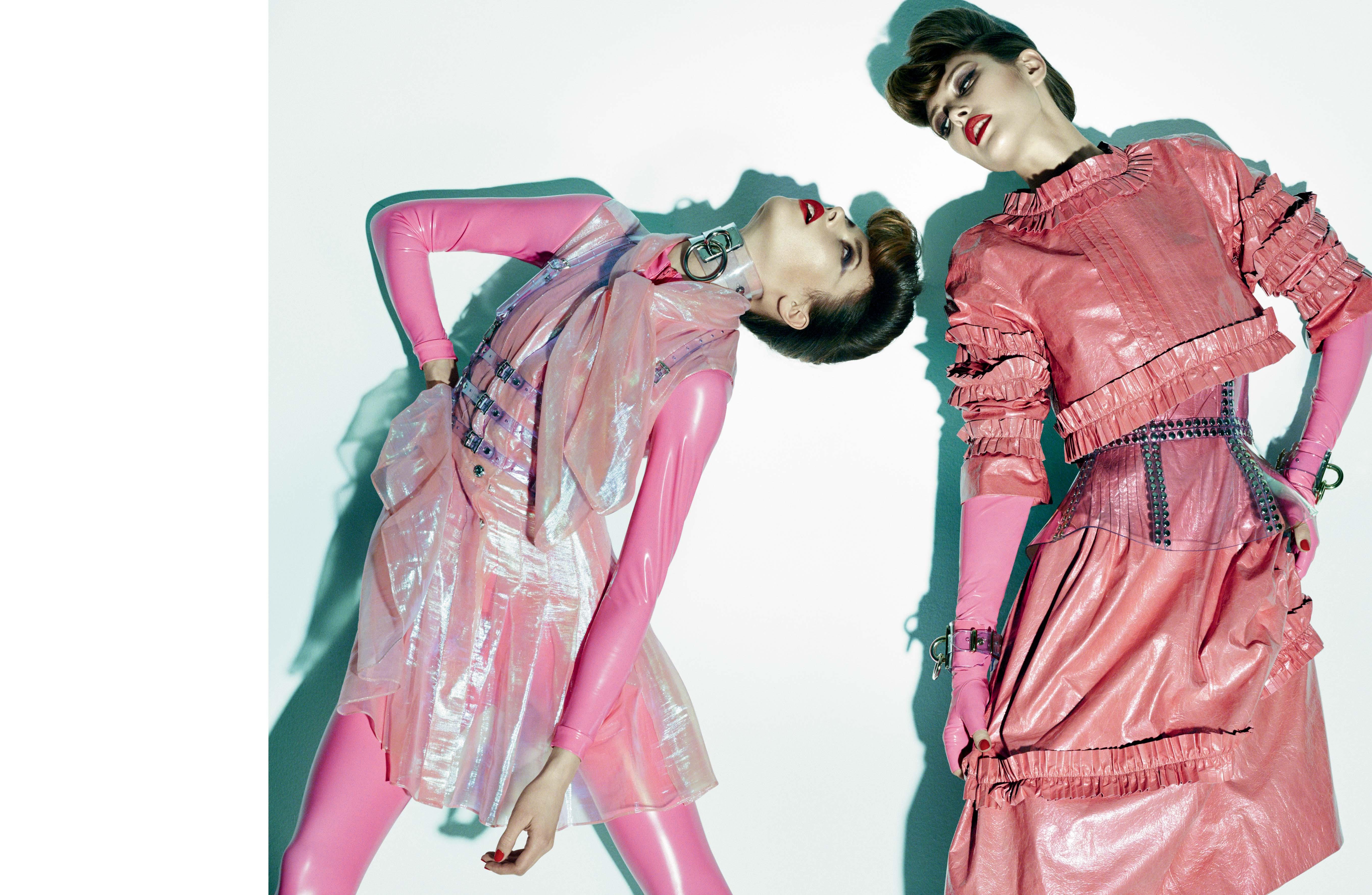 De gauche à droite : robe en gaze irisée, CHANEL. Combinaison en PVC, TASTY TIGER. Harnais et collier, ZANA BAYNE. Haut et robe en cuir irisé, CHANEL. Mitaines, TASTY TIGER. Corset et bracelets, ZANA BAYNE.