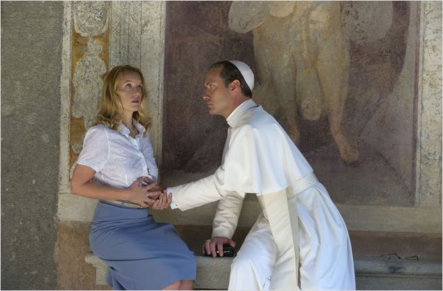 Jude Law et Ludivine Sagnier dans The Young Pope © Gianni Fiorito/Sky/HBO/Wildside/Canal +