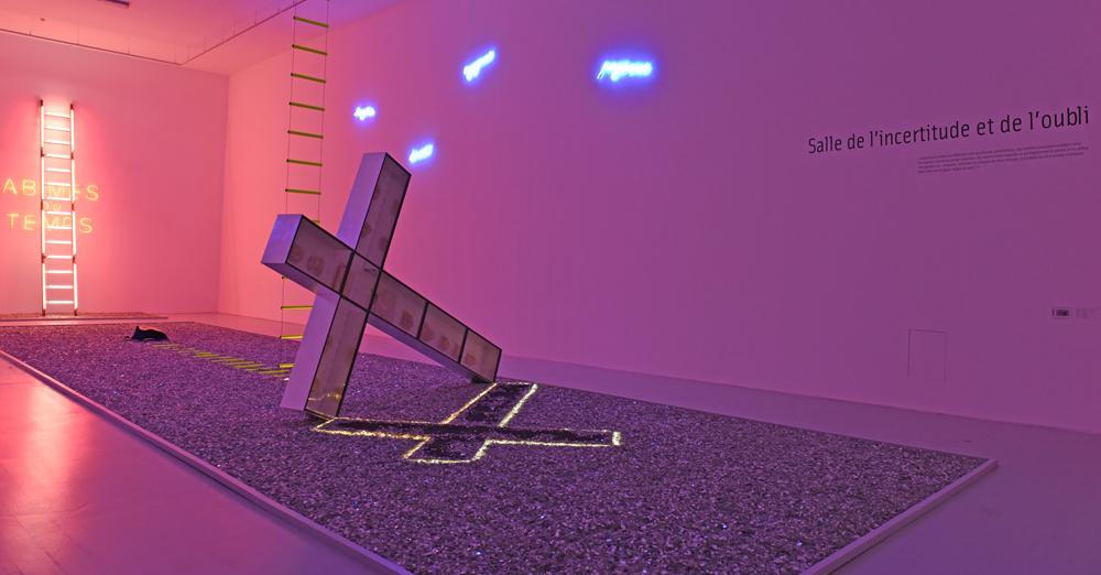 Vue de l'expositionDanger Zonesd'Anne et Patrick Poirier, au musée d'Art moderne et contemporain de Saint-Étienne Métropole, Salle 3,Salle de l'incertitude et de l'oubli(2016), installationin situ. Collection des artistes.