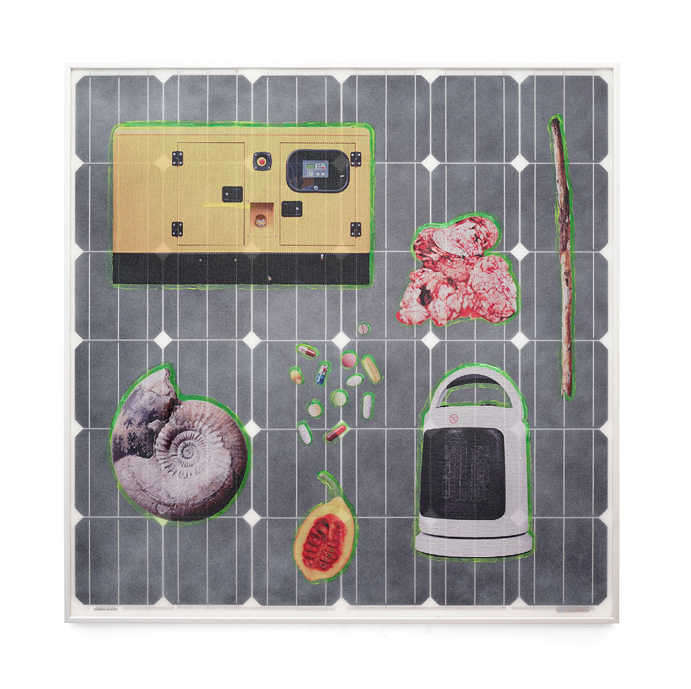 Michael Jones McKean, Five Hundred Seconds (2015). Panneau solaire, vinyle UV trempéperforé, colorant fluorescent de secours Seamarker etacrylique. 99 x 99 x 5 cm. Exemplaire unique. Courtesy de l'artiste et Galerie Escougnou-Cetraro, Paris.