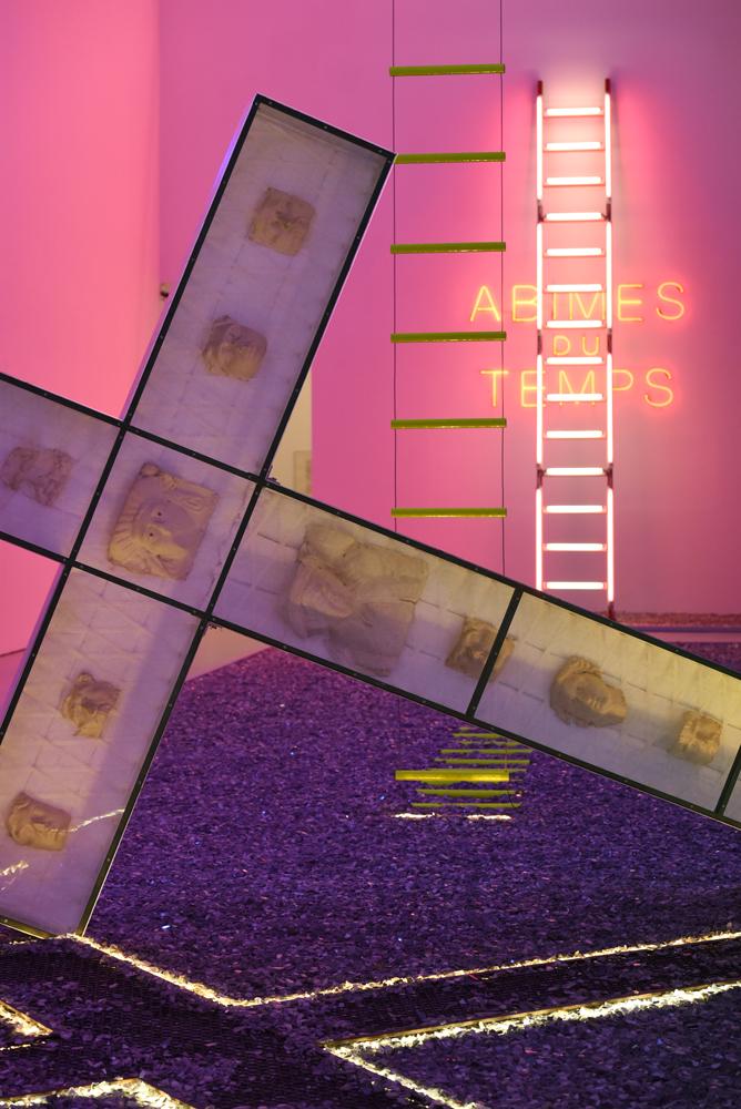 Vue de l'exposition Danger Zones d'Anne et Patrick Poirier, au musée d'Art moderne et contemporain de Saint-Étienne Métropole, Salle 3, Salle de l'incertitude et de l'oubli (2016), installation in situ. Collection des artistes.