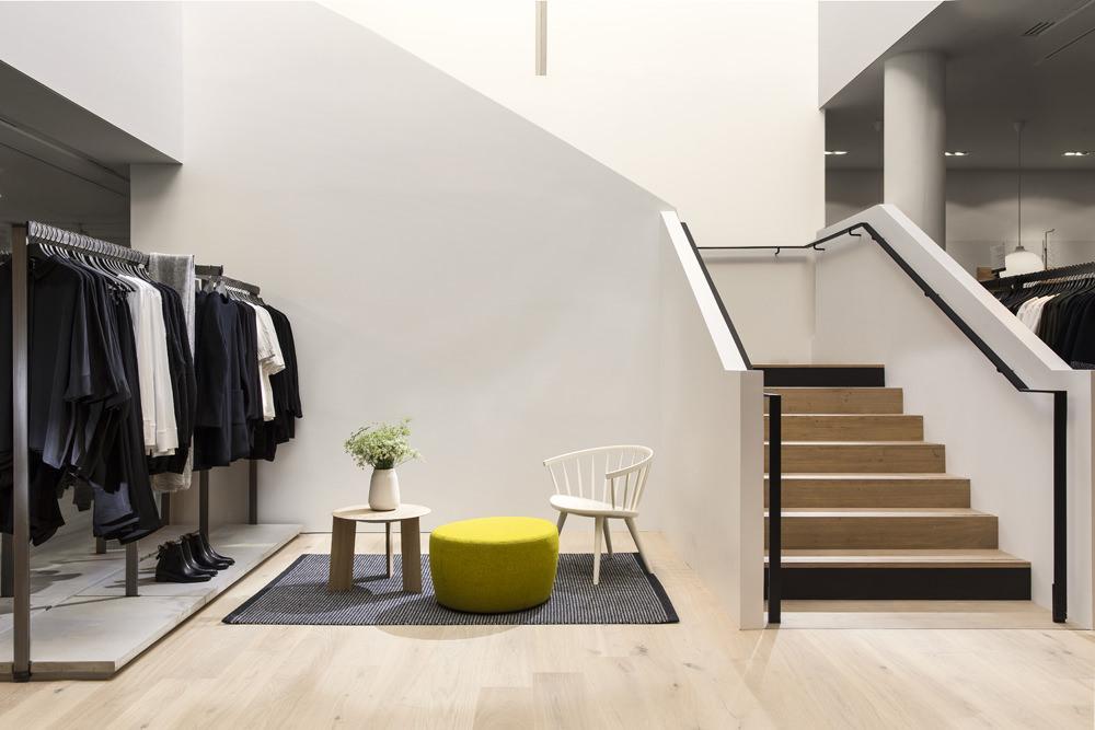 la boutique cos de la rue des rosiers rouvre ses portes. Black Bedroom Furniture Sets. Home Design Ideas