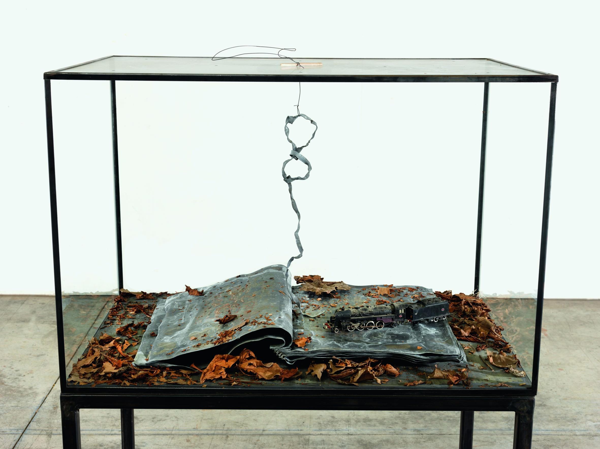 Ouroboros(2014), verre, métal, plomb, feuilles séchées et plastique, 132 x 90 x 60 cm. Collection particulière Photo : © Georges Poncet