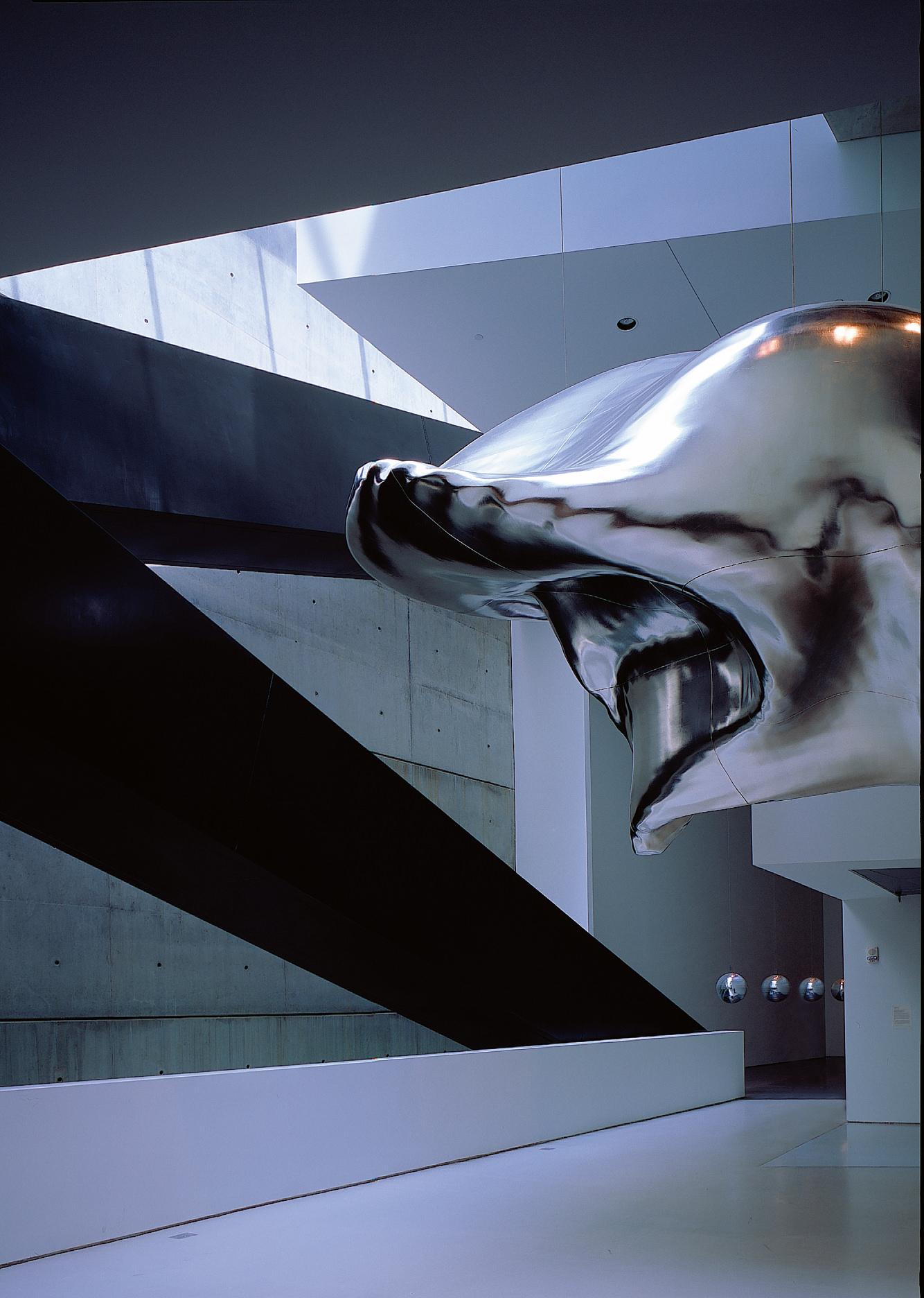 """Photo : Hélène Binet. Déployé sur plus de 25000 m2 , le Rosenthal Contemporary Arts Center de Cincinnati est l'un des premiers musées réalisés par Zaha Hadid, tel un manifeste de son architecture souvent décrite comme """"déconstructiviste"""". Ici, vue de l'espace exposant la sculpture Cloud no1 d'Iñigo Manglano-Ovalle en 2003."""