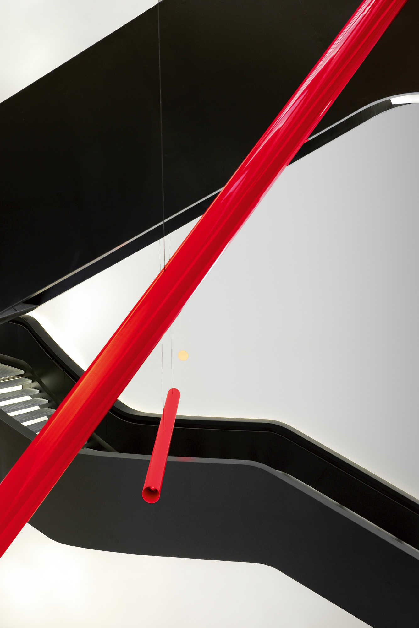 Le MAXXI, à Rome, a été pensé comme une seconde peau pour le site sur lequel il est érigé, en harmonie avec sa vocation de laboratoire d'innovation culturelle. Les tubes rouges ci-dessus sont une installation de l'artiste Maurizio Mochetti, commandée spécifiquement par le musée pour son ouverture (2010), intitulée Straight Lines of Light in Curvilinear Hyperspace.