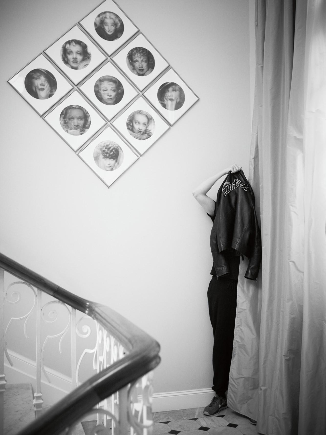 Francesco Vezzoli photographié lors du vernissage organisé par Prada à la Villa Sauber. Photo : Stéphane Gallois.