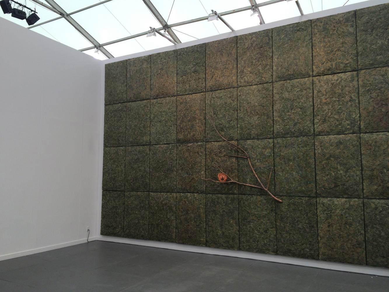 Giuseppe Penonemagnifie le stand dela galerieMarian Goodman.