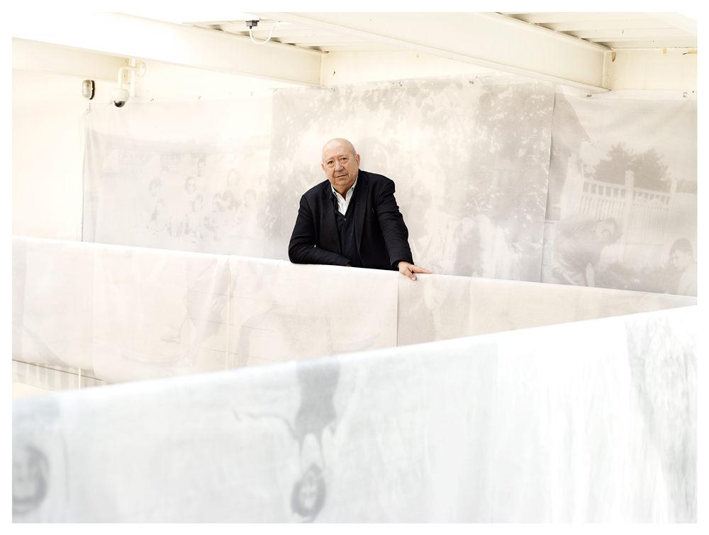 Christian Boltanski sur la mezzanine de son atelier, entouré de tissus presque transparents sur lesquels l'artiste a imprimé les photographies d'un album de famille imaginaire, L'Album de la famille D. L'ensemble de ces voiles forme un labyrinthe au sein duquel le spectateur est actuellement invité à circuler, au cœur de l'espace parisien de la Galerie Marian Goodman.