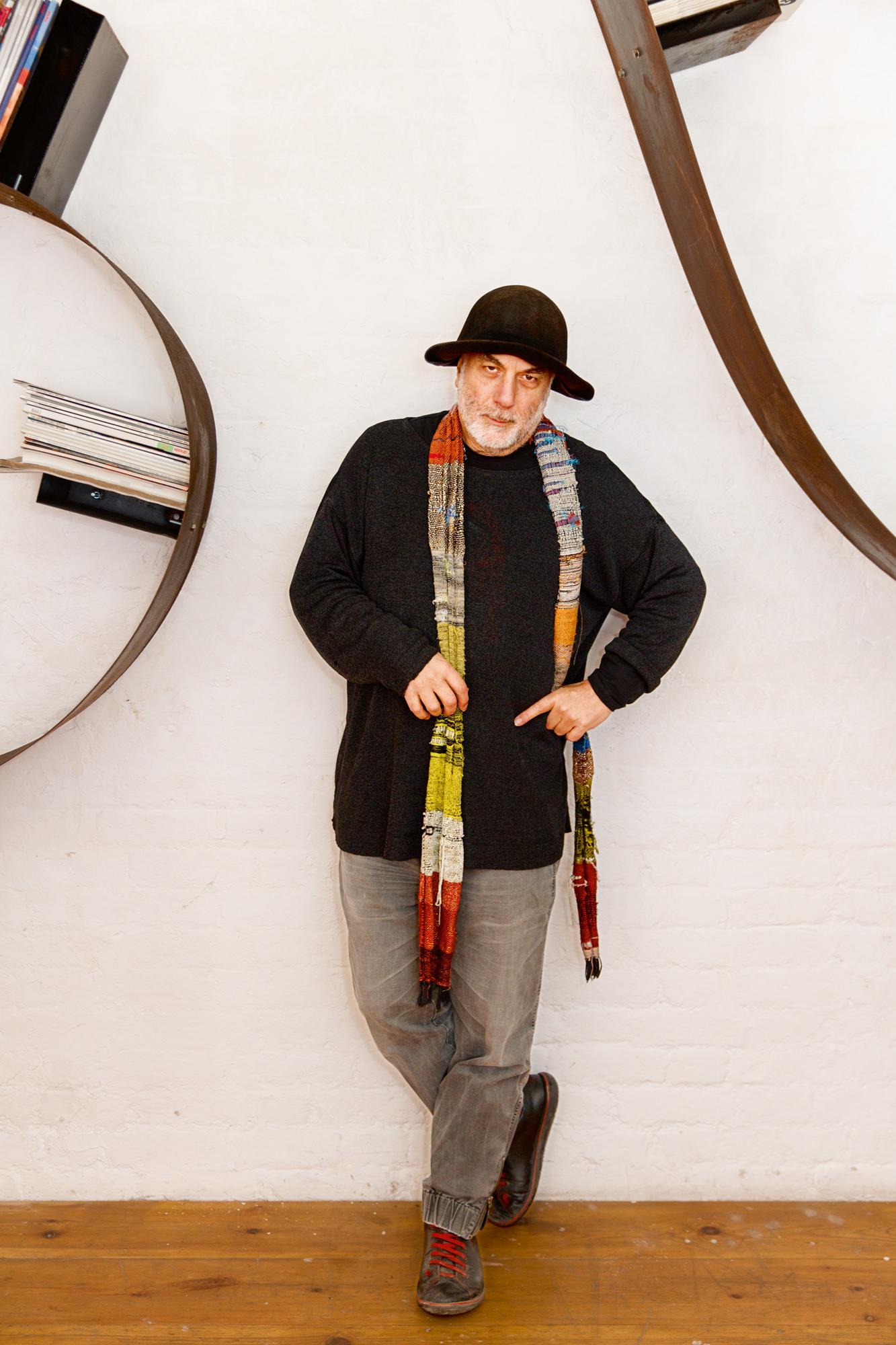 Dans son atelier londonien de Camden Town, Ron Arad travaille sur une multitude de projets. Il est allé jusqu'à dessiner la forme de son propre chapeau. Martin Parr/Magnum Photos pour Numéro.