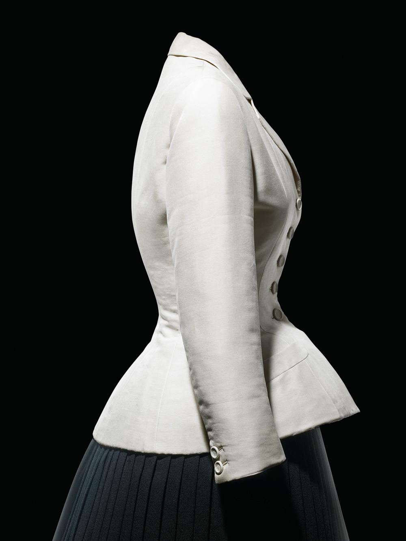 Veste du tailleur Bar en shantung naturel, collection HauteCouture printemps-été 1947. © Laziz Hamani