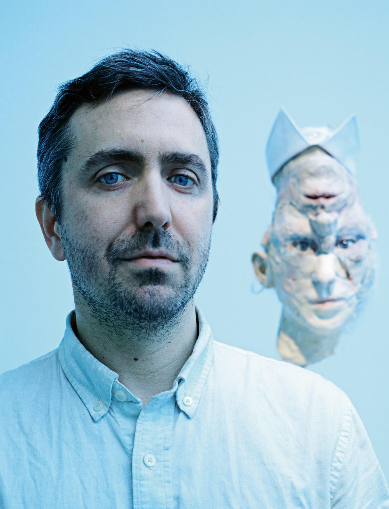 Photo :Mario Palmieri. L'artiste canadien David Altmejd photographié devant son œuvre La Galerie des glaces (2016) exposée à la galerie Xavier Hufkens à Bruxelles.