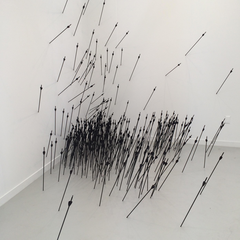 Ryan Gander,Ftt, Ft, Ftt, Ftt, Ffttt, Ftt (2010),flèches,dimensions variables. Lisson Gallery.