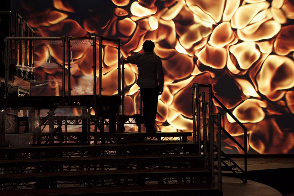 Vue de l'installationH {N)Y P N(Y} OSISau Park Avenue Armory (NewYork), incluant(à l'arrière-plan)TheCrowd(2015), film digital couleur, 65mm, 24min et (au premier plan) l'installation de MarqueesDanny The Street(2015) [détail].