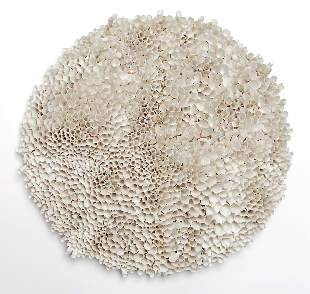 RoundCoral deValeria Nascimento, porcelaine, diamètre :49 cm.