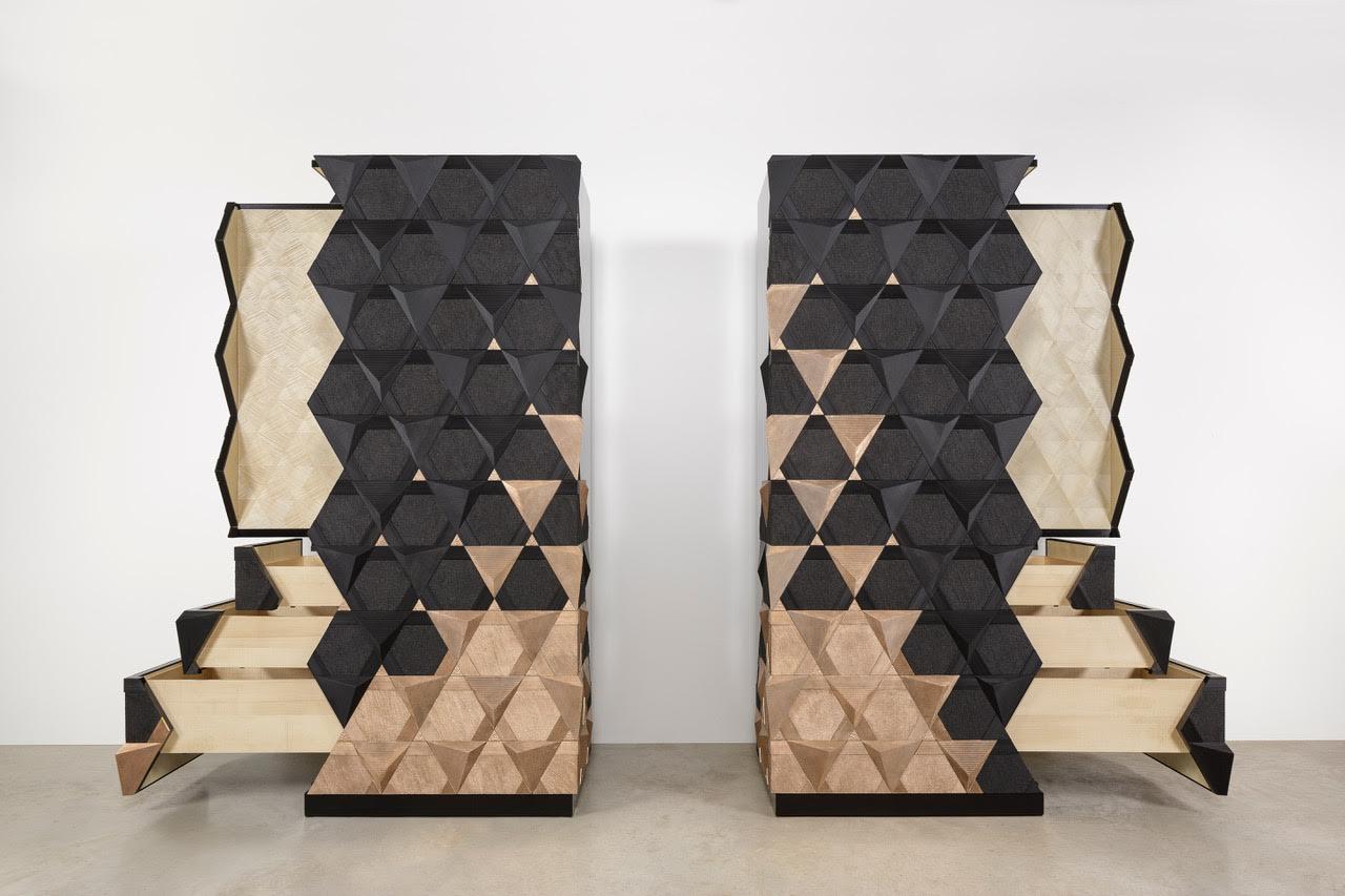 Origami deJean-Luc Le Mounier, sycomore gravé,verni noir mat, bronze et sable, 230 x 45 x 100 cm.  Crédit photo: Frédéric Baron
