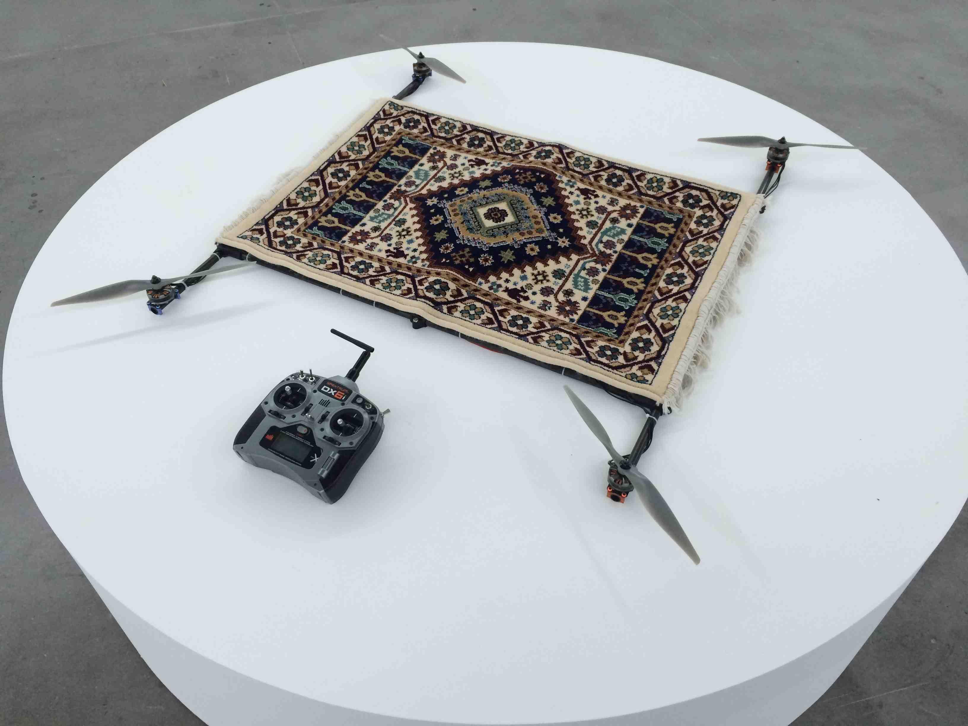 Rising Carpet(2014) de Moussa Sarr, tapis en laine, drones ettélécommande,67 x 106 cm. Photo Numéro.