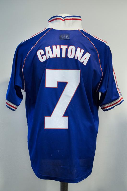 Memorabilia,maillot du Manchester United F.C., signé par Éric Cantona.