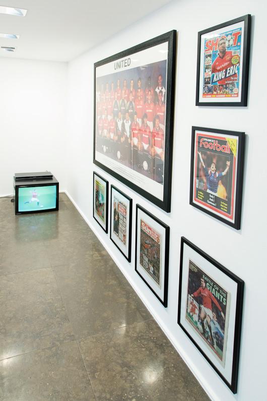 Offensives(1997) de Claude Closky, vidéo présentée sur moniteur couleur stéréo, durée illimitée. Coproduction : Centre pour l'image contemporaine Saint-Gervais, Genève.