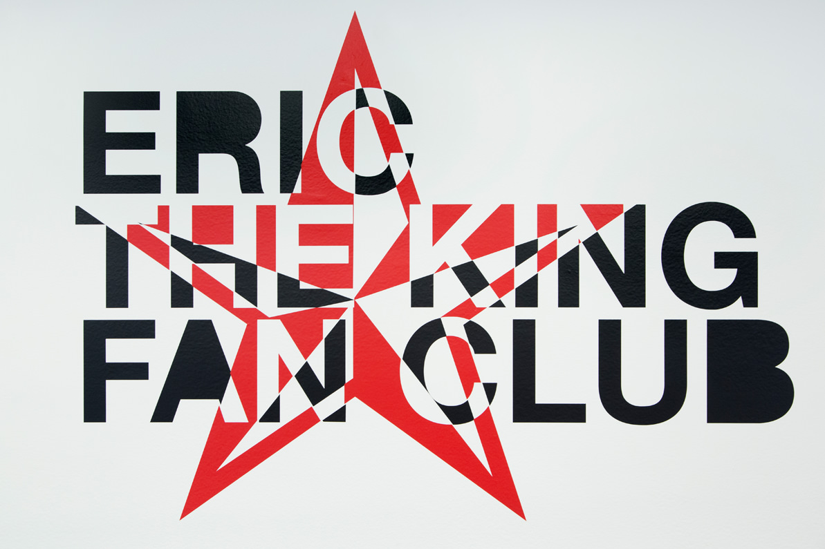 Eric the King(2016) deLiam Gillick, sticker mural.