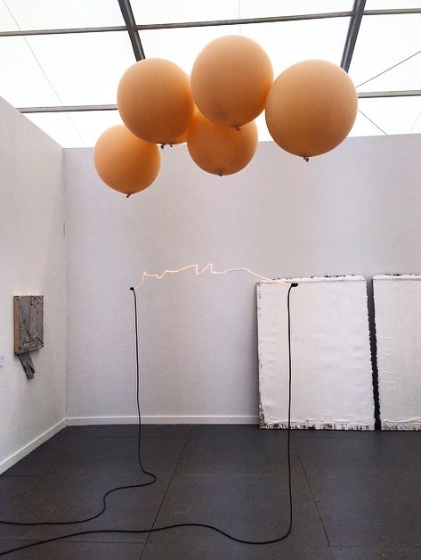 Sam Falls,Untitled (George) (2014), verre, hélium, ballons, néons. Galleria Franco Noero