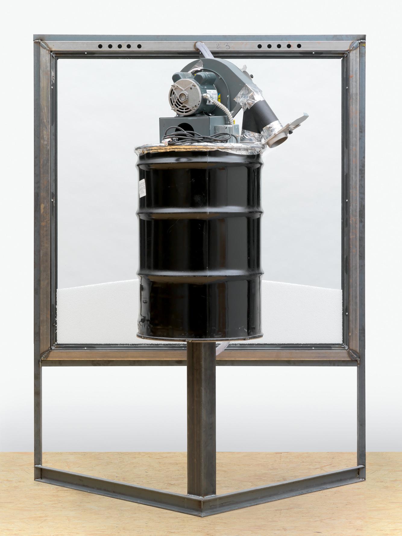 Courtesy Oscar Tuazon et Galerie Eva Presenhuber, Zurich/Photo: Stefan Altenburger Photography, Zurich Windowpane(2013), acier, acrylique, composants électriques, tambour, polystyrène et verre, 232 x 172,5 x 119 cm.