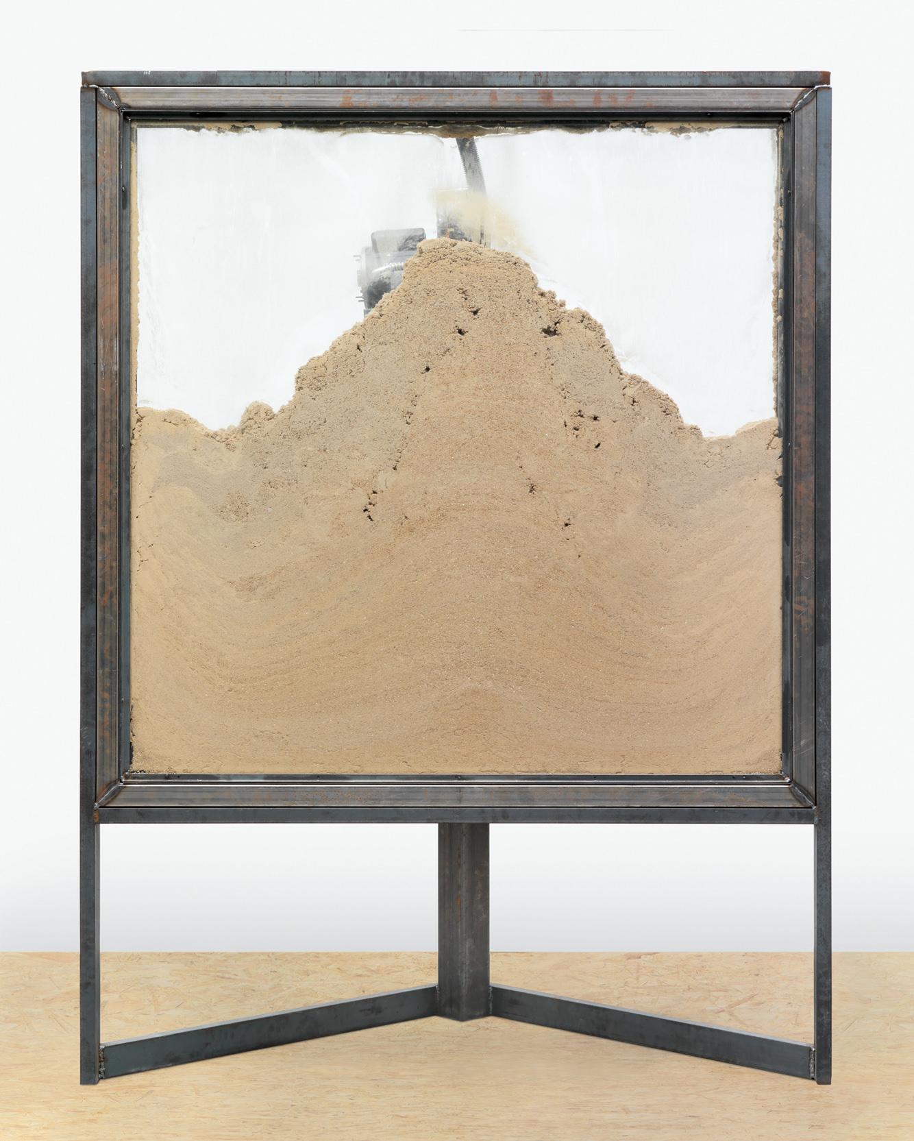 Courtesy Oscar Tuazon et Galerie Eva Presenhuber, Zurich Word Rain(2013), acier, acrylique, composants électriques, tambour, matériaux d'isolation etverre, 232 x 172,5 x 119 cm.