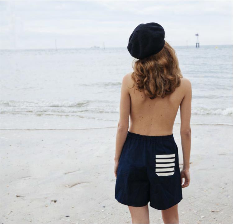 La femme espiègle et sensuelle de Jour/né sur la plage de Deauville