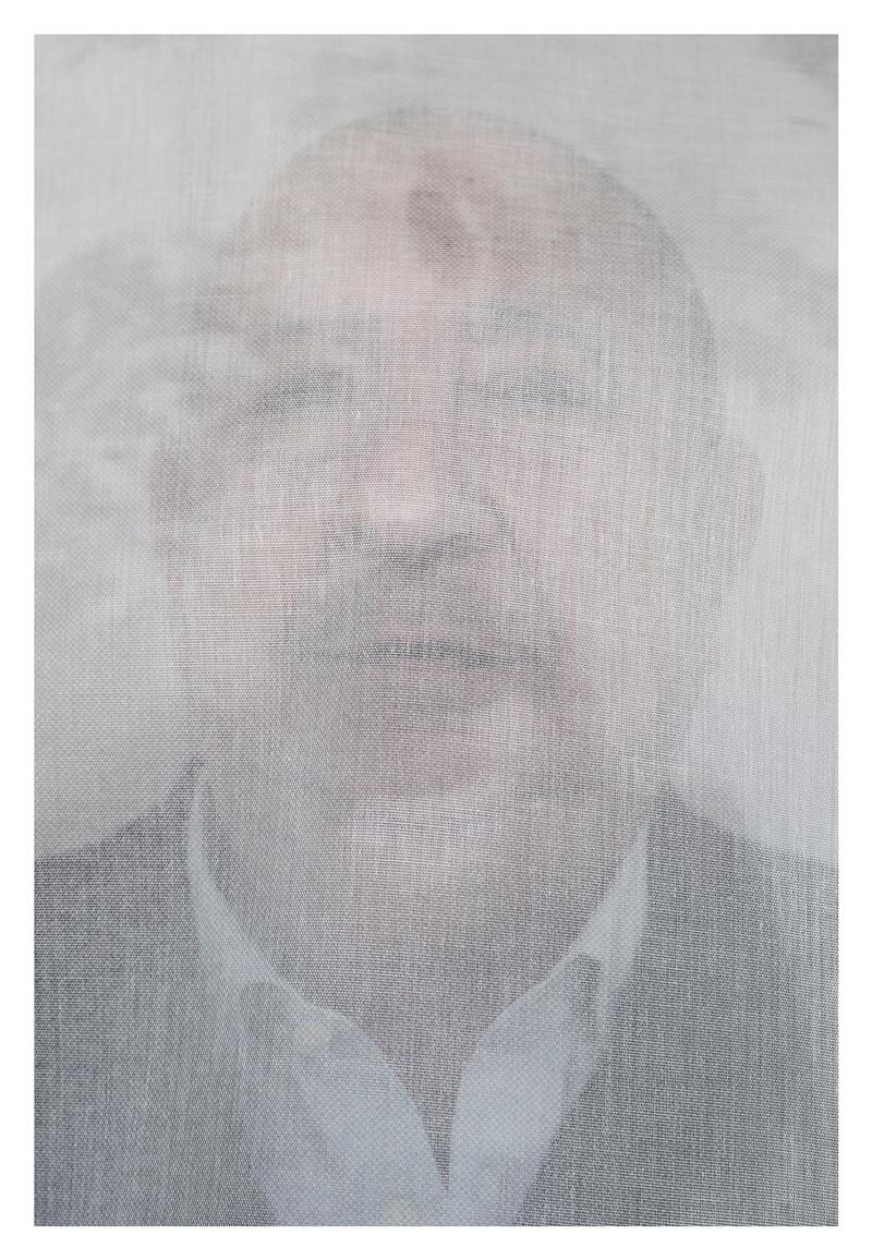 Christian Boltanski photographié dans son atelier de Malakoff. L'artiste pose derrière l'un des grands voiles blancs utilisés pour son exposition en cours à la Galerie Marian Goodman à Paris.