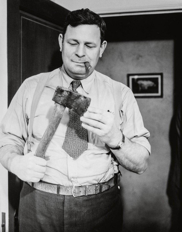 p.117, pompant sur son cigare, un inspecteur examine l'arme du crime, vers 1940. Copyright Cliff Wesselmann Photo Courtesy of Gregory Paul Williams, BL Press LLC/TASCHEN.