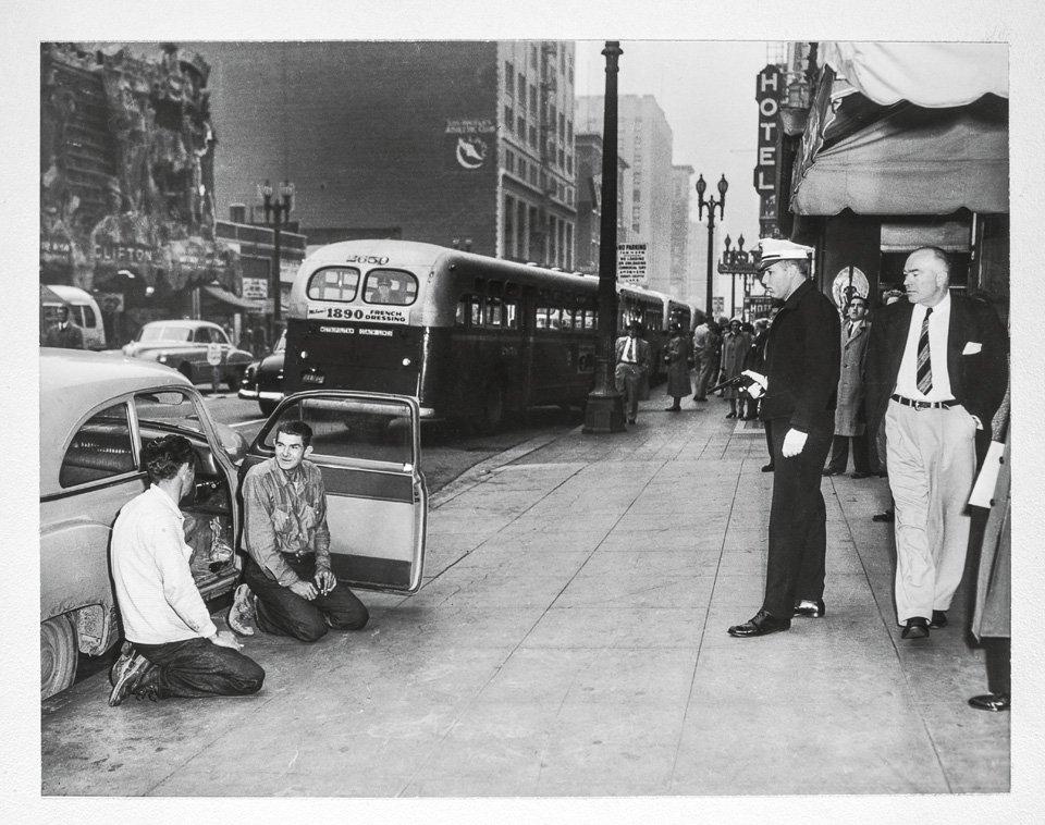 p.129, deux délinquants arrêtés par la police de Downtown, vers 1955. Copyright Jim Heimann Collection/Courtesy TASCHEN.