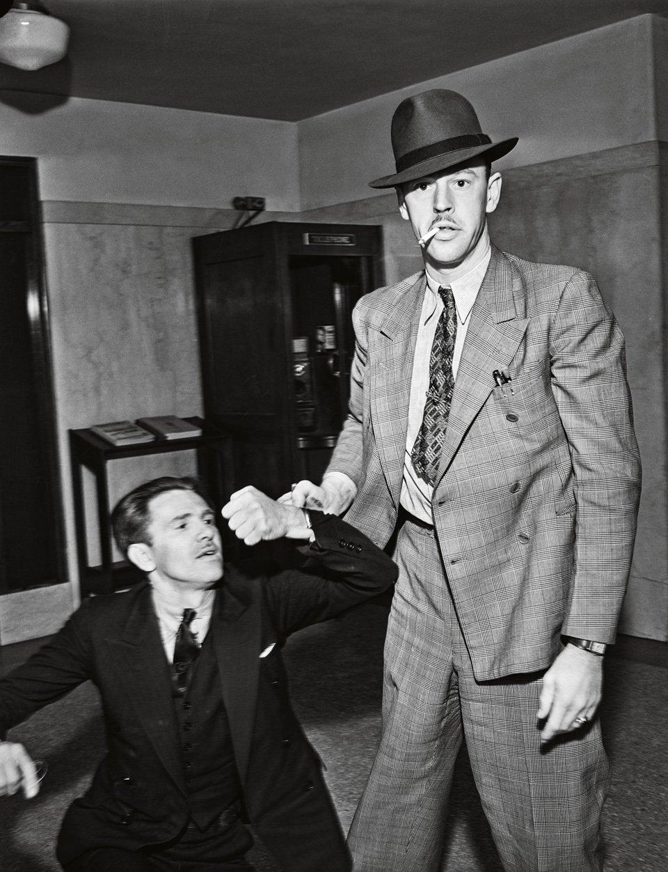 p.137, un témoin récalcitrant est malmené par un officier de police, vers 1934. Copyright Cliff Wesselmann Photo Courtesy of Gregory Paul Williams, BL Press LLC/TASCHEN.