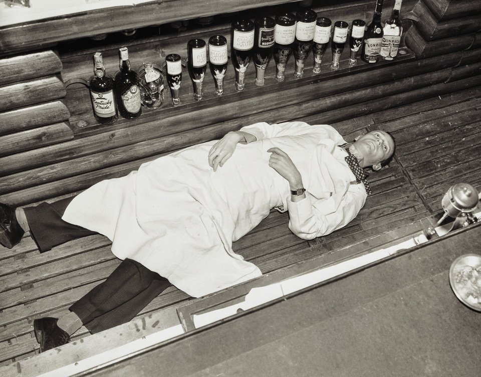 p.95, un barman à Hollywood, victime collatérale d'un hold-up qui a mal tourné, vers 1940. Copyright Cliff Wesselmann Photo Courtesy of Gregory Paul Williams, BL Press LLC/TASCHEN.