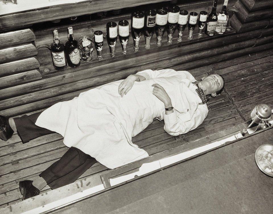 p.95, un barman à Hollywood, victime collatérale d'un hold-up qui a mal tourné, vers 1940. Copyright Cliff Wesselmann Photo Courtesy of Gregory Paul Williams, BL Press LLC/TASCHEN.