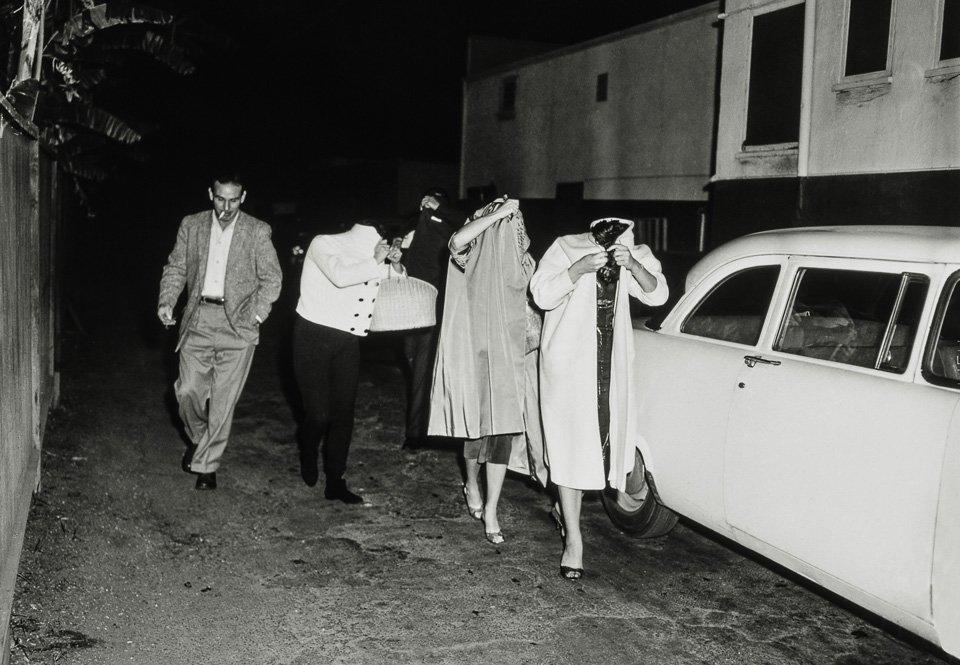 p.434, des prostitués cachent leur visage après une descente de police dans le restaurant Carolina Pine sur Melrose Avenue, vers 1957. Copyright Cliff Wesselmann, Photo Courtesy of Gregory Paul Williams, BL Press LLC/TASCHEN.