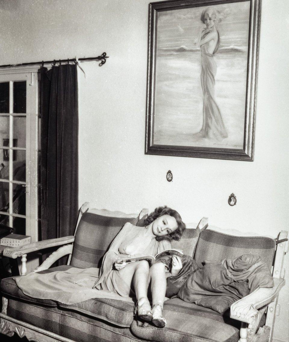 p.66, Betty Rowland fait une pause dans les loges des Follies, vers 1938. Copyright Cliff Wesselmann Photo Courtesy of Gregory Paul Williams, BL Press LLC/TASCHEN AVANT IMPRESSION.