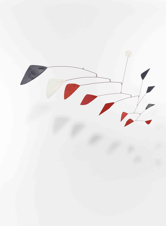 """Lot 25. Alexander Calder (1898-1976), """"Sans titre"""", signé du monogramme de l'artiste et daté 'CA 63' (sur le plus grand élément noir) mobile suspendu - feuilles de métal, fil de fer et peinture. 59 x 101.6 cm. Réalisé en 1963. Estimate EUR 800,000 - EUR 1,200,000 (USD 940,105 - USD 1,410,157)."""
