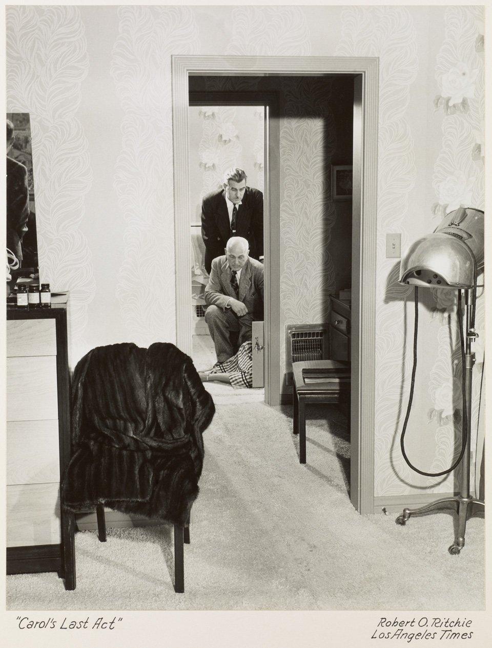 p.334, des inspecteurs examinent le corps de l'actrice Carole Landis qui, après plusieurs dépressions et mariages ratés, a succombé à une overdose de Seconal; 1948. Copyright Jim Heimann Collection/Courtesy TASCHEN.