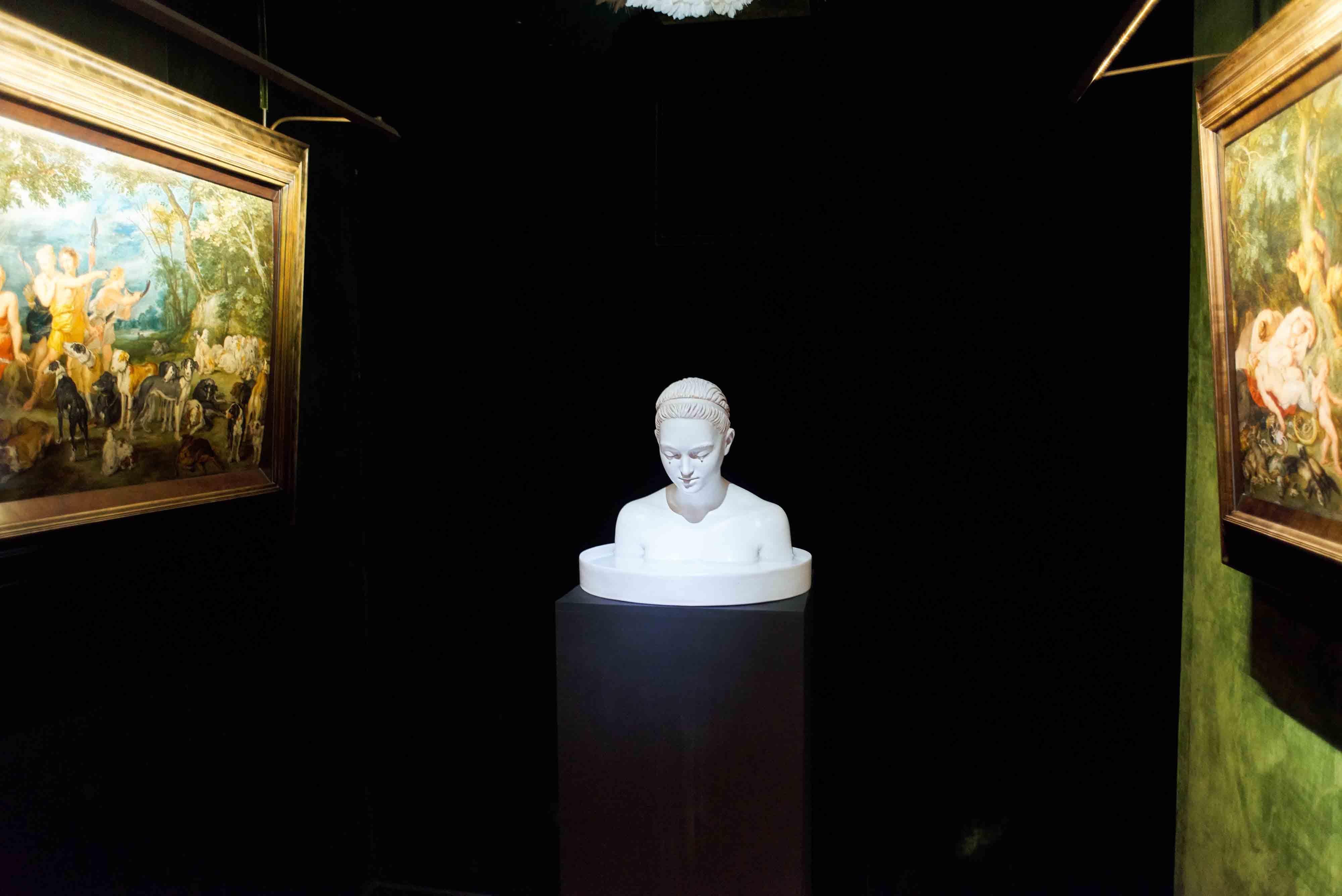 """Serena Carone, """"Pleureuse"""" (2012). Faïence émaillée. © Musée de la Chasse et de la Nature – Serena Carone/ADAGP – Cliché : Béatrice Hatala."""