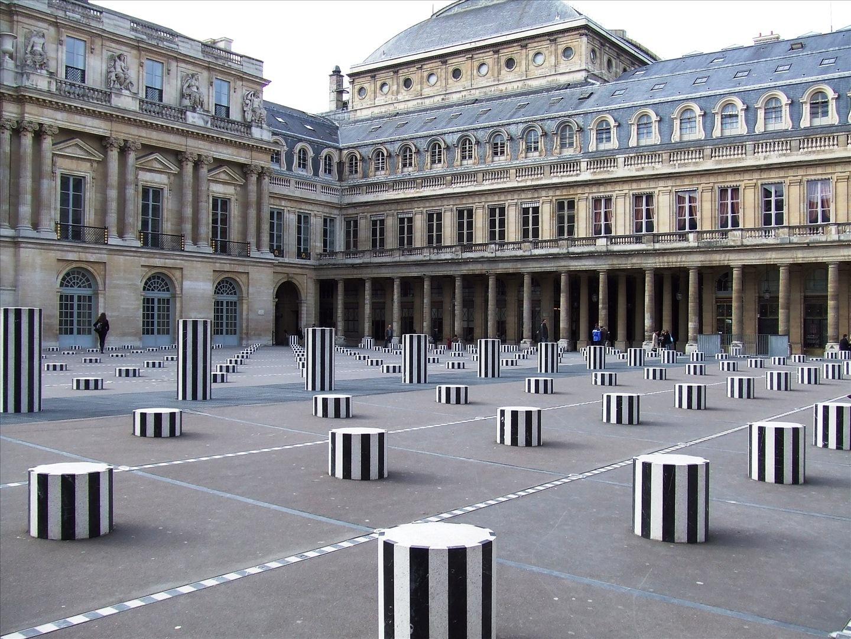 """""""Deux Plateaux"""" de Daniel Buren, communément appelés les """"colonnes de Buren"""", cour d'honneur du Palais-Royal, 1e arrondissement."""