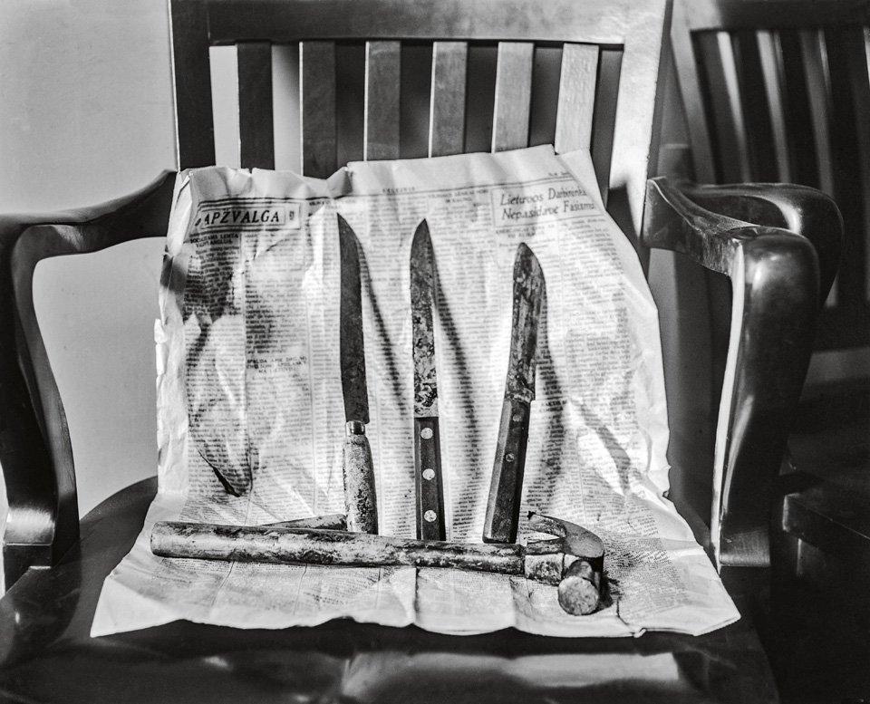 p.131, les pièces à conviction d'un meurtre attendent d'être enregistrées dans un commissariat, vers 1930. Copyright Cliff Wesselmann Photo Courtesy of Gregory Paul Williams, BL Press LLC/TASCHEN.
