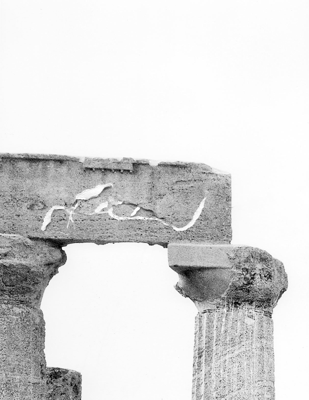 """Lauréate de la Résidence BMW 2016 au musée Nicéphore Niépce, Dune Varela travaille sur le paysage et sa représentation. À travers plusieurs temporalités, depuis des photographies issues du fonds du musée et d'Internet, à ses prises de vues, elle interroge la fragilité du support photographique. Imprimées sur des matériaux aussi divers que le plâtre, le verre ou la céramique. """"Soleil noir, temple d'Héra"""", 2017. Avec l'aimable autorisation de Dune Varela/Résidence BMW."""