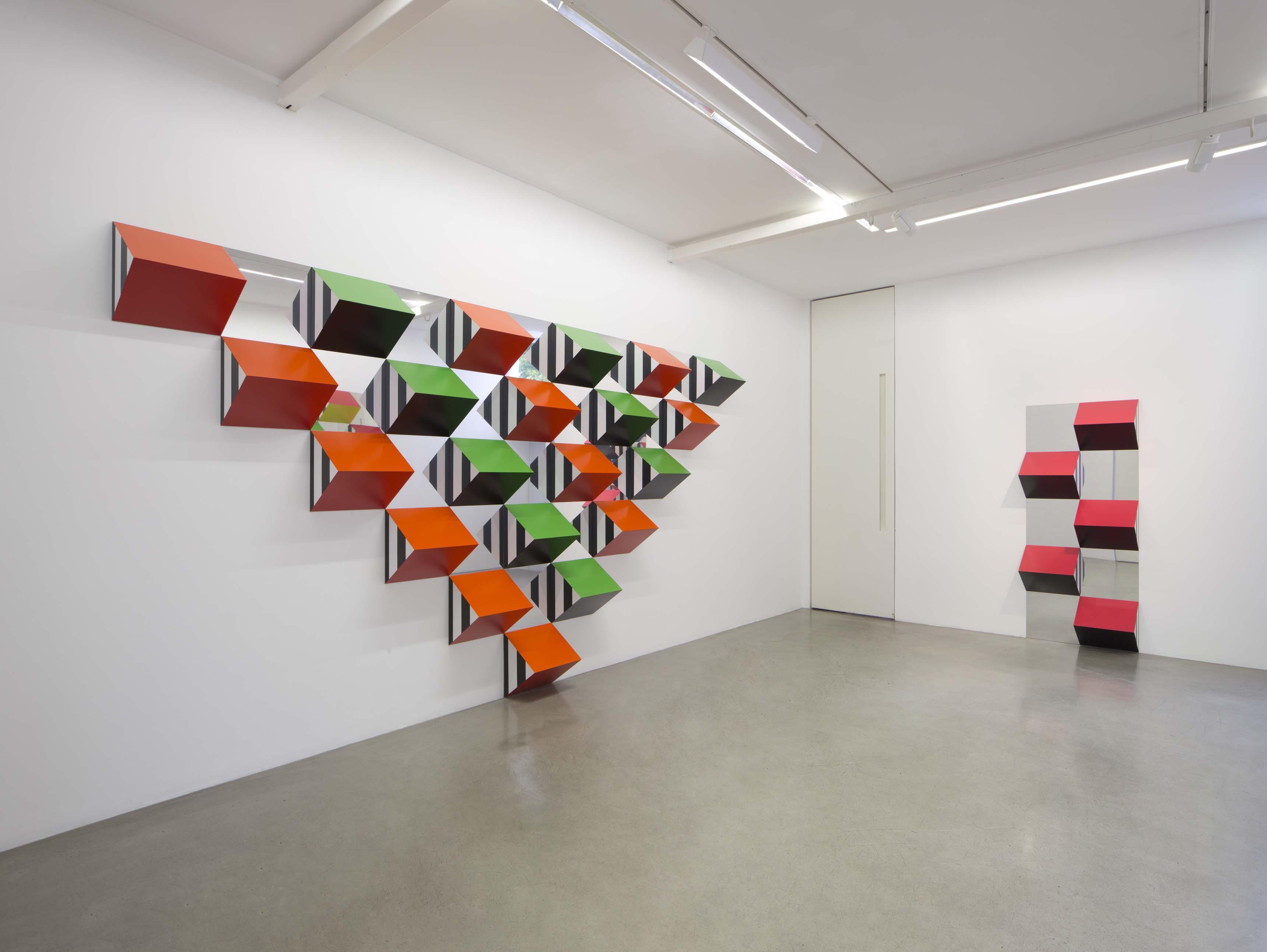 Vue de l'exposition « Pyramidal, hauts-reliefs, travaux in situ et situés, 2017 », Kamel Mennour (47 rue Saint‑André des arts), Paris, 2017