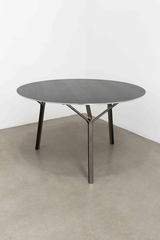 """""""Table 'Y-122'"""" (2016) de Ronan & Erwan Bouroullec, collection Y. Métal, cuir et chêne teinté noir, 73,7 x 122 cm. Metal, leather and black oak. Éditeur/Producer : Galerie kreo N°1/8 (édition de 8/edition of 8, + 2 épreuves d'artistes/artist proofs, + 2 prototypes). Pièce numérotée et signée/Numbered and signed piece. Provenance : Galerie kreo, Paris/London © ADAGP Ronan & Erwan Bouroullec Courtesy of the artists and Galerie kreo, Paris/London"""