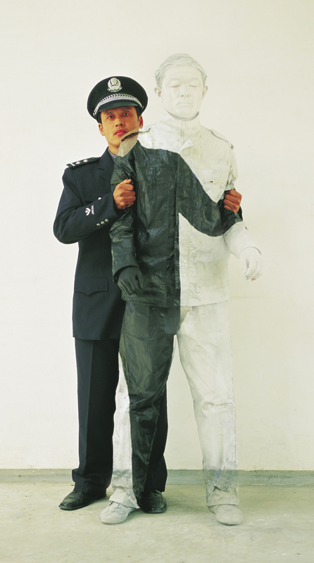 Civilian and Policeman I, série Hiding in the city, 2006. © Liu Bolin, courtesy of the artist / Galerie Paris-Beijing.