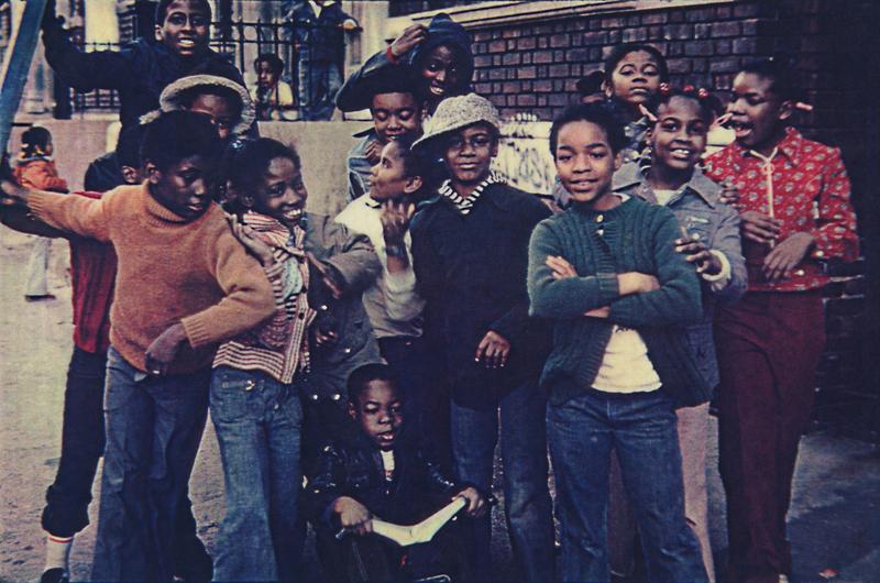 Les enfants essayaient d'allumer un feu avec le bois qu'ils trouvaient dans la rue, car il n'y avait pas de chauffage chez eux, 1976, South Bronx © Martine Barrat