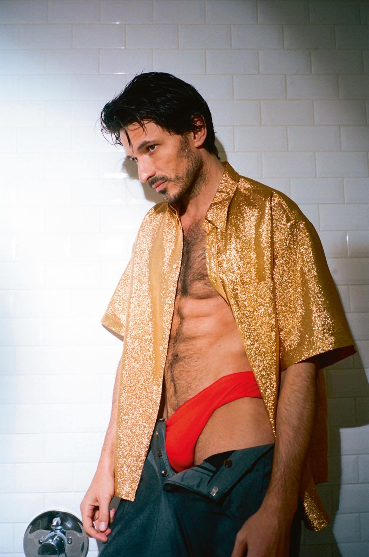 Chemise en Lurex et pantalon en drap de laine, Gucci. Slip de bain, Speedo.