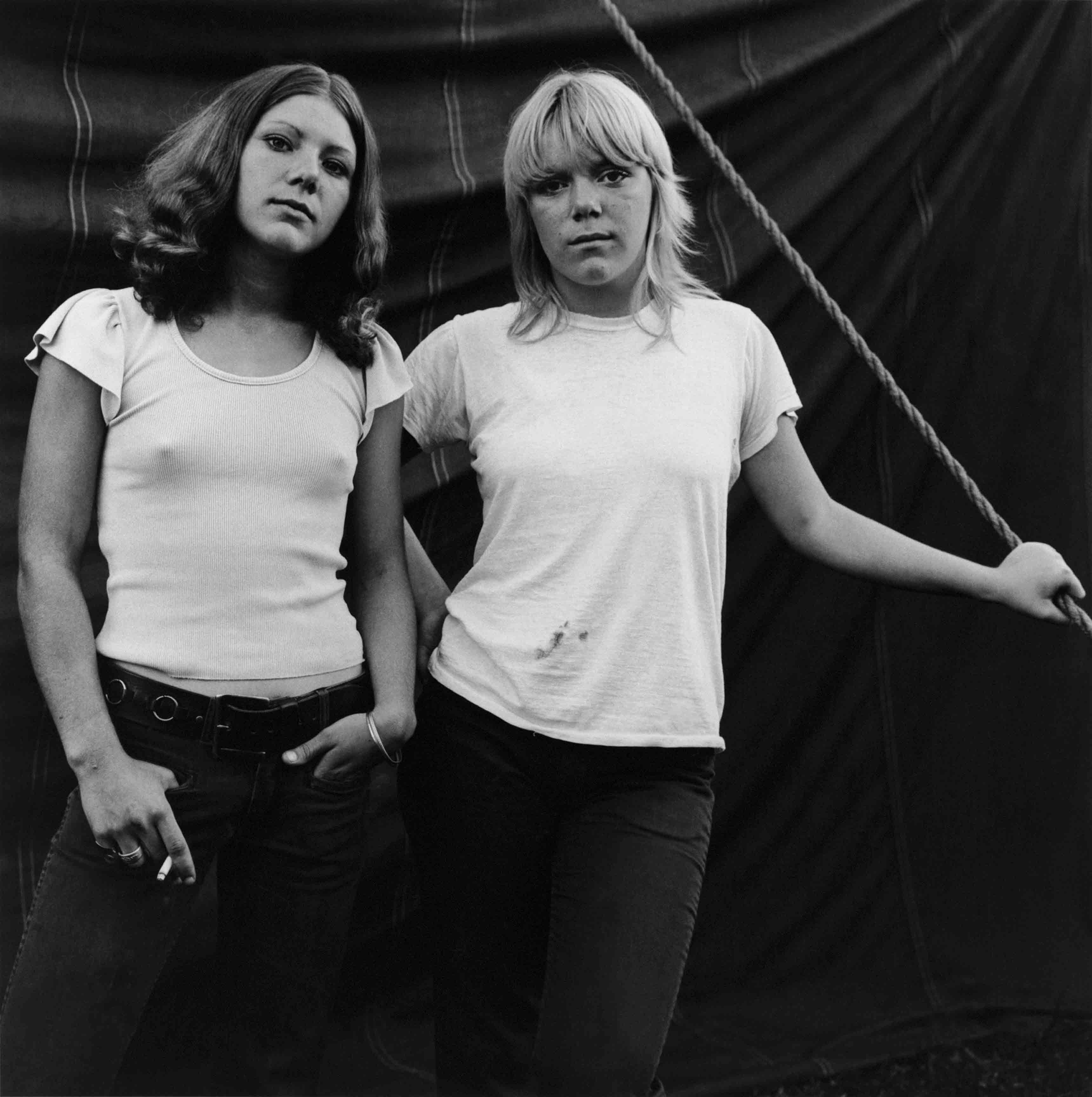 Debbie et Renee, Rockland, Maine, 1972. Série Carnival Strippers, 1972-1975 © Susan Meiselas/Magnum Photos