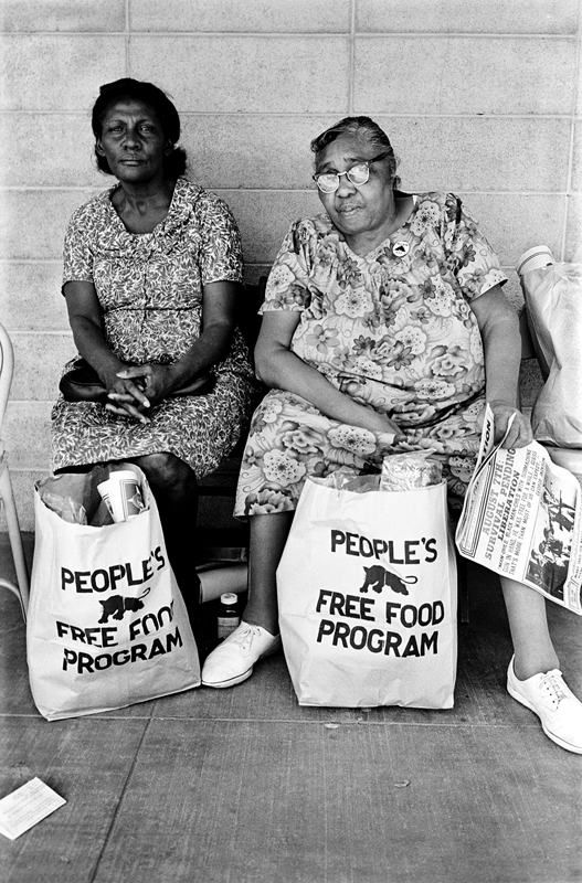 1972 – Palo Alto, Californie, USA. Deux femmes et leur sacs de courses du People's Free Food Program, un des programmes d'aide des Black Panthers. © Stephen Shames. Courtesy Steven Kasher Gallery.