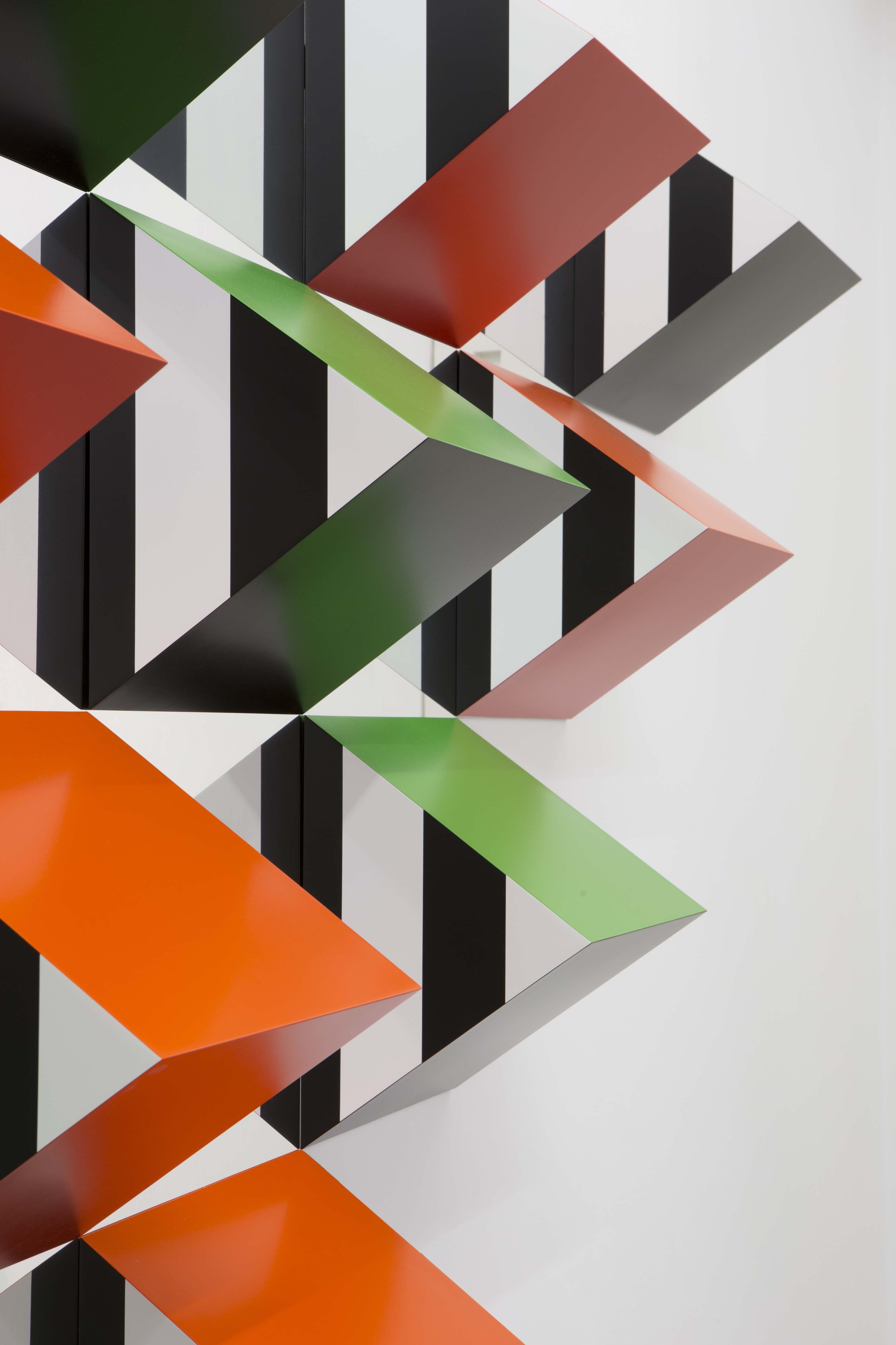 Prismes en aluminium, peinture acrylique satinée blanche (RAL 9003), noire (RAL 9017), orange (RAL 2004), rouge (RAL 3020) et verte (RAL 6018), panneaux composites aluminium Alucobond® (aspect miroir), bandes de vinyle auto-adhésif noir de 8,7 cm de large, colle