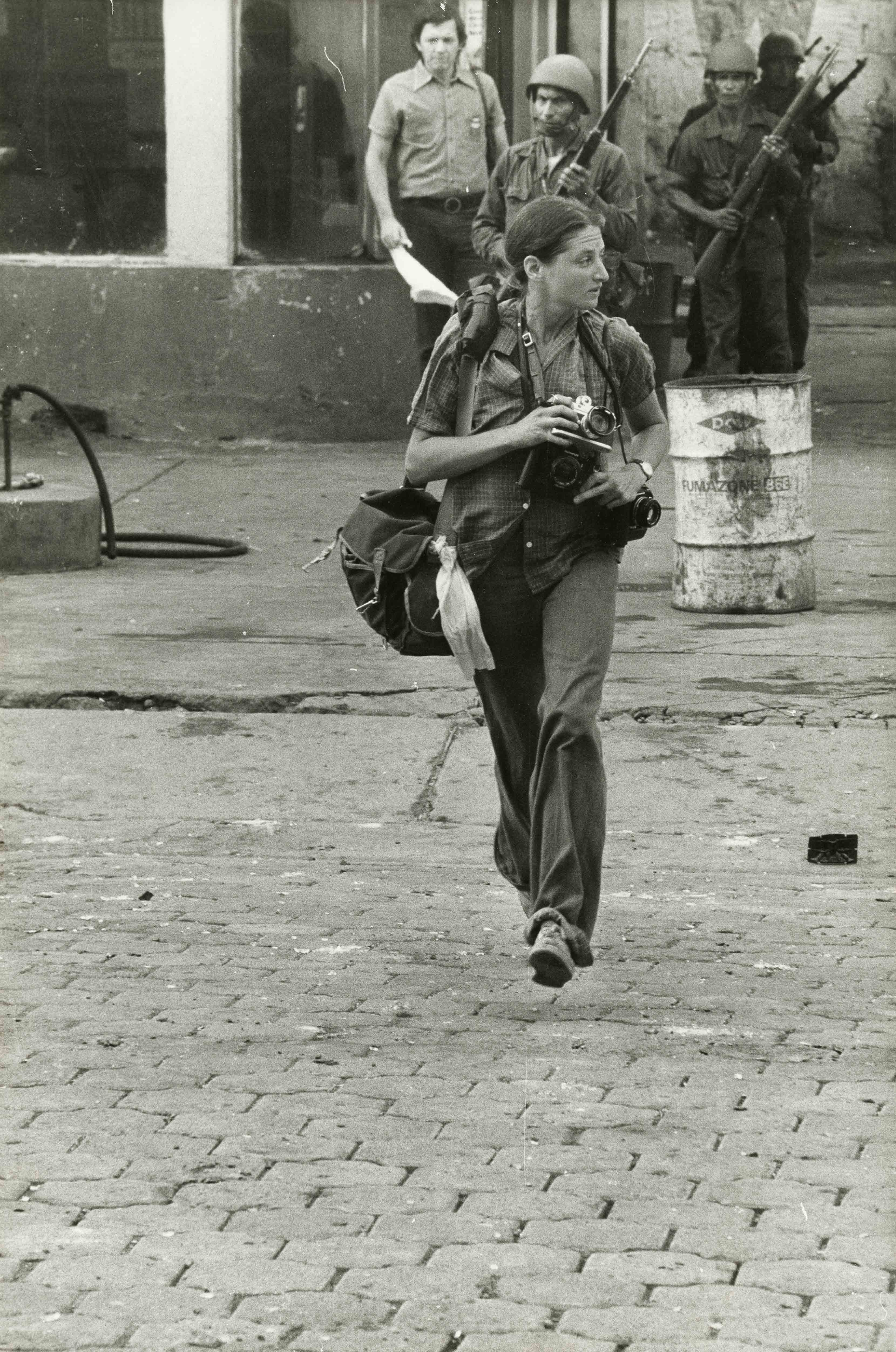 Portrait de Susan Meiselas, Monimbo, Nicaragua, septembre 1978 © Alain Dejean Sygma
